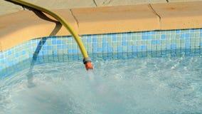 Füllen eines Pools mit Wasser stock video