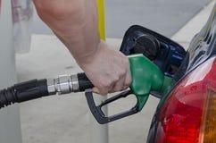 Füllen herauf Auto mit Treibstoff Lizenzfreies Stockfoto
