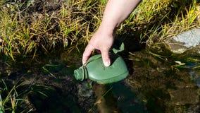 Füllen herauf die Wasserflasche Lizenzfreie Stockfotos