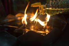 Füllen Sie Öl zu den Öllampen Stockfoto