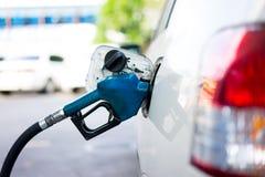 Füllen Sie Brennstoff zu einem Auto an der Tankstelle wieder Lizenzfreie Stockfotografie