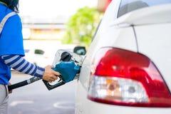 Füllen Sie Brennstoff zu einem Auto an der Tankstelle wieder Lizenzfreie Stockbilder