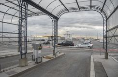 Füllen Sie nur parken am Wien-Flughafen in Österreich an stockbilder