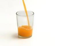 Füllen Sie Orangensaft zum Glas Lizenzfreies Stockfoto