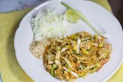 Füllen Sie thailändische, gebratene Nudel mit Garnele und Tofu auf Stockfotos
