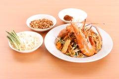 Füllen Sie thailändischen, angebratenen Reisnudelteller mit Garnele auf Lizenzfreies Stockfoto