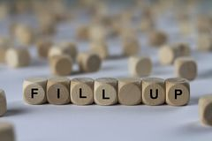 Füllen Sie - Würfel mit Buchstaben, Zeichen mit hölzernen Würfeln auf Stockfotografie