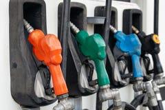 Füllende Düsen der bunten Tanksäule, Tankstelle in einem Service stockfoto