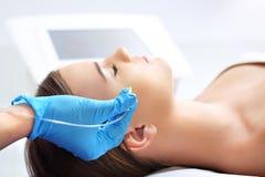 Füllende Falten, die Behandlung der ästhetischen Medizin Stockfoto