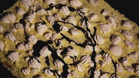 Füllende Glasur auf dem Plätzchen mit Meringen stock footage