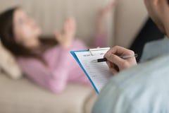 Füllende Informationen des männlichen Psychologen über weiblichen Patienten in mir lizenzfreie stockbilder