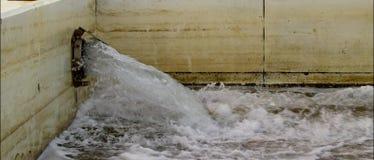 Füllende Ozeanbäder des Wassers stock video footage