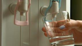 Füllende Schale am Wasserspender, Wasserspender stock video
