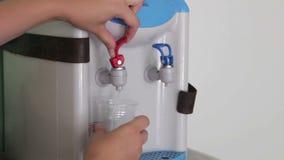 Füllende Schale am Wasserspender, Wasserspender stock video footage