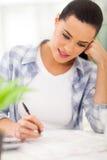 Füllende Steuerformulare der Frau Lizenzfreie Stockbilder