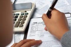Füllendes 1040 Steuerformular Lizenzfreie Stockfotos