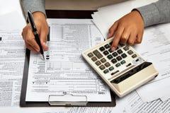 Füllendes 1040 Steuerformular Stockfotografie
