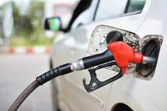 Füllendes Auto mit Benzin lizenzfreies stockbild