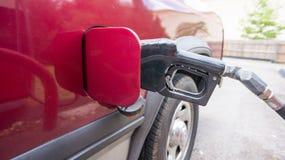 Füllendes Benzin stockfoto