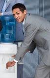 Füllendes Cup des Geschäftsmannes vom Wasserkühler stockbilder