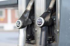 Füllendes Lkw Pkw Diesel in der Station stockfotografie