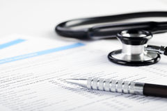 Füllendes medizinisches Formular Lizenzfreie Stockbilder