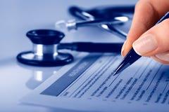 Füllendes medizinisches Formular Stockfoto