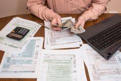 Füllendes 1040 Steuerformular mit Laptop Stockfoto