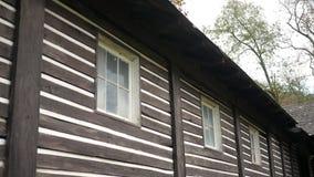 Füller geschossen von den Fenstern des gruseligen verlassenen Sommerlagers, das Alt errichtet stock footage