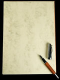 Füllfederhalter auf alte Papierblätter. Stockbilder