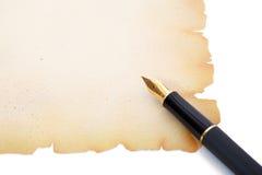 Füllfederhalter auf dekorativem Papier lizenzfreie stockfotos