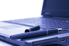 Füllfederhalter auf dem Laptop lizenzfreies stockbild