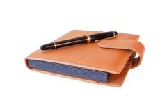 Füllfederhalter auf dem Tagebuch getrennt Lizenzfreie Stockfotos