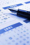Füllfederhalter auf Kalender Stockfotografie