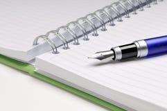 Füllfederhalter auf Notizbuch Lizenzfreies Stockbild