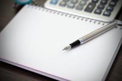 Füllfederhalter auf Notizbuch stockfotografie