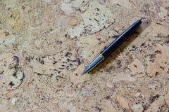 Füllfederhalter auf strukturierter Korkentabelle Ein strukturierter Hintergrund Kopieren Sie Pastenplatz Stockfoto