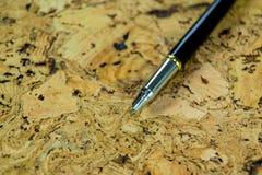 Füllfederhalter auf strukturierter Korkentabelle Ein strukturierter Hintergrund Kopieren Sie Pastenplatz Lizenzfreie Stockfotografie