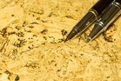 Füllfederhalter auf strukturierter Korkentabelle Ein strukturierter Hintergrund Kopieren Sie Pastenplatz Lizenzfreie Stockfotos