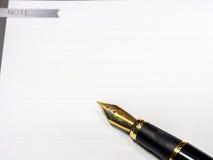 Füllfederhalter schoss mit flacher Schärfentiefe auf Weißbuch Stockfoto