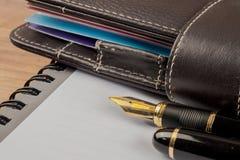 Füllfederhalter schoss mit flacher Schärfentiefe und Notizbuch Lizenzfreie Stockbilder