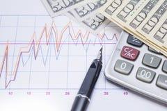 Füllfederhalter, Taschenrechner mit Banknoten 10 Dollar, 50 Dollar Stockfoto