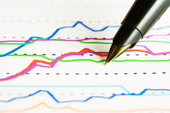 Füllfederhalter und Aktienindex. stockfotografie