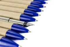 Füllfederhalter und gewöhnliche Stifte Stockfotos
