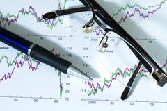 Füllfederhalter und Gläser auf auf lagerdiagramm. Lizenzfreie Stockfotografie