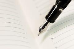 Füllfederhalter und Pergament mit Linie Lizenzfreies Stockbild