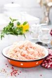 Füllfleisch Rohes Grundhühnerfleisch in der Schüssel auf weißem Küchentisch Frisches gehacktes Hühnerbrustfleisch Lizenzfreie Stockfotos