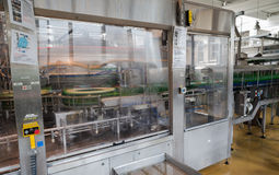 Füllmaschine, die in einer Brauerei arbeitet Stockbilder