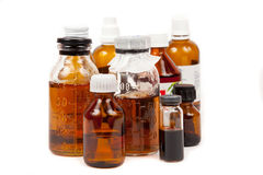 Füllt medizinisches mit einem Trank ab stockbilder