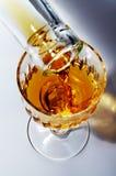 Füllung eines Glases durch alkoholisches Getränk Stockfoto